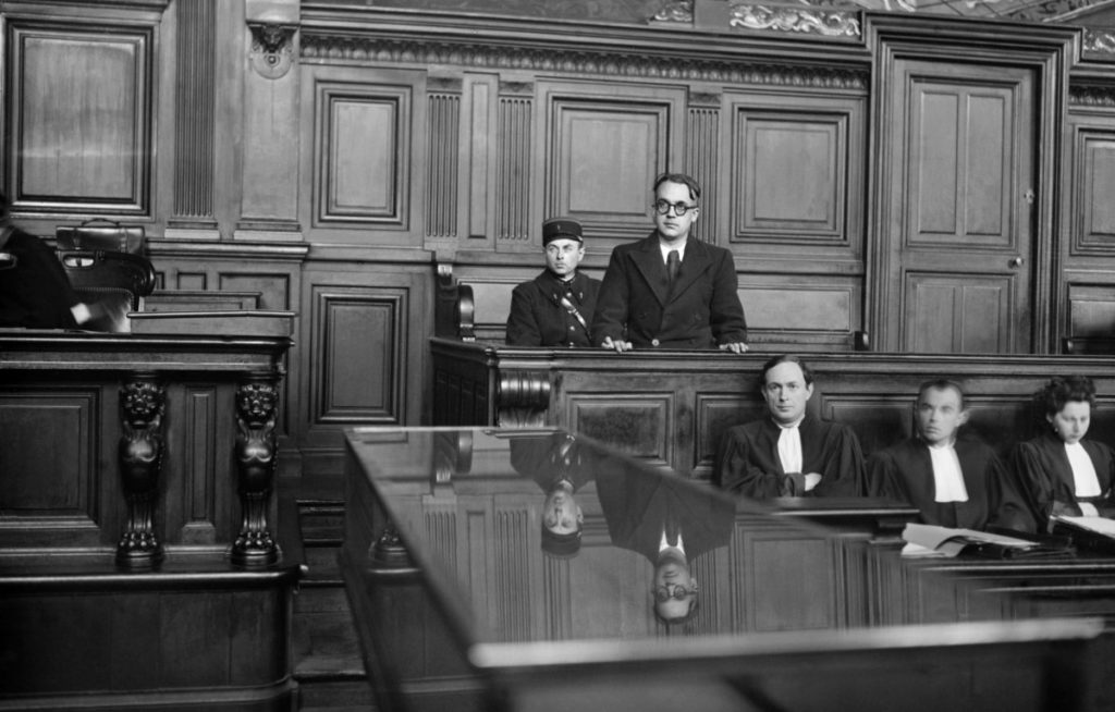"Première et unique audience du procès de Robert Brasillach en cour de justice à Paris le 19 janvier 1945. Condamné à mort, l'ancien journaliste de ""Je suis partout"" sera fusillé le 6 févier 1945. (Photo by STF / AFP)Document reference 000_APP2001040934221"